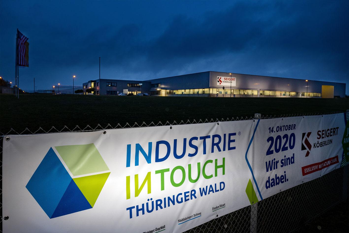 Ein Banner der Messe Industrie Intouch vor der Produktionshalle von Köberlein & Seigert